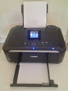 Deux bacs d'alimentation papier pour une imprimante qui se glisse dans une étagère