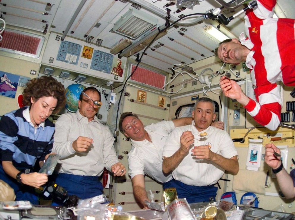 Un repas dans l'espace... tout flotte