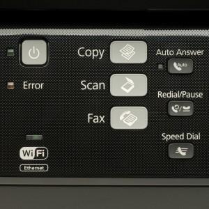 Un panneau de contrôle avec plusieurs touches et un écran LCD (non tactile)
